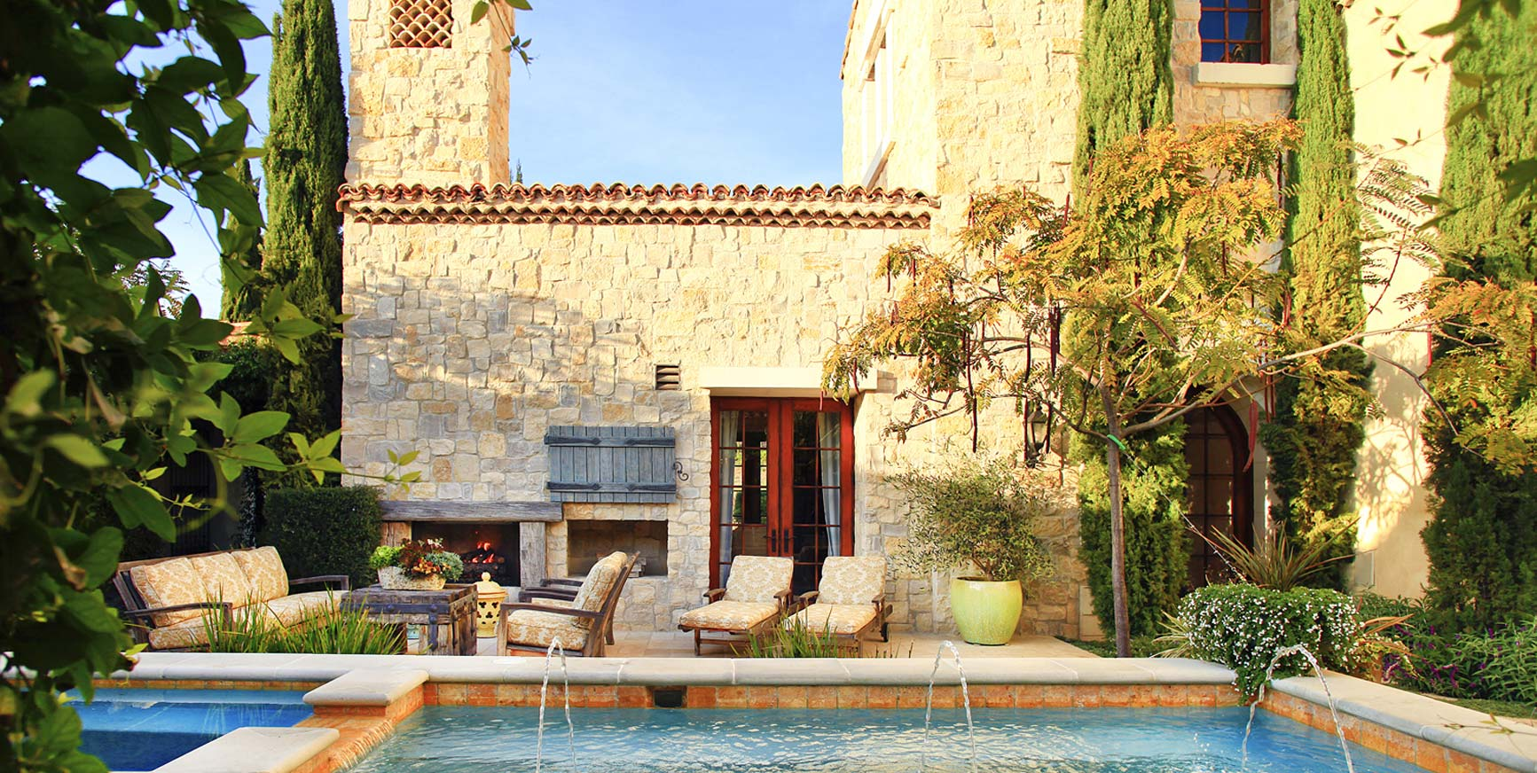 FRENCH PROVENCE FARMHOUSE COURTYARD